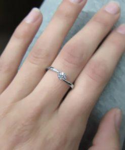 טבעת אירוסין, טבעת אירוסין עדינה, טבעת אירוסין זהב לבן, טבעת יהלום, טבעת צנועה, טבעת זולה, טבעת יהלום לבן, טבעת טוויסט, לויס תכשיטים
